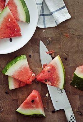 Выбирая арбуз, лучше остановиться на довольно крупной и легкой ягоде. Небольшие и, наоборот, гигантские плоды, вероятнее всего, не дозрели или перекормлены нитратами. Хвостик у понравившегося арбуза должен быть сухим, пятно на боку – ярко-желтым, а еще лучше оранжевым, корка – твердой, блестящей и максимально контрастной расцветки. Самые вкусные ягоды при сдавливании трещат.  http://ria.ru/infografika/20140801/1018423256.html#ixzz39EHORXOj