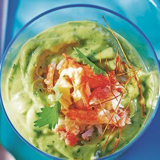 Effeuiller la chair de crabe dans un bol, râper au-dessus la moitié du zeste du citron, puis presser le citron.