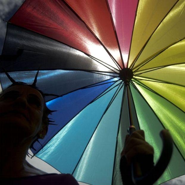 Un ombrello colorato nelle mani di un partecipante alla parata del Gay Pride di Medellin, nel dipartimento di Antioquia, in Colombia