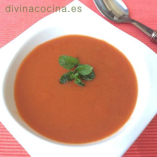 Para decorar esta sopa fría de tomate puedes poner un chorrito de nata líquida, un poco de yogur natural, unos lomos de ventresca de bonito, unos taquitos de queso fresco... o simplemente espolvorear un poco de menta o hierbabuena frsecas y picadas.