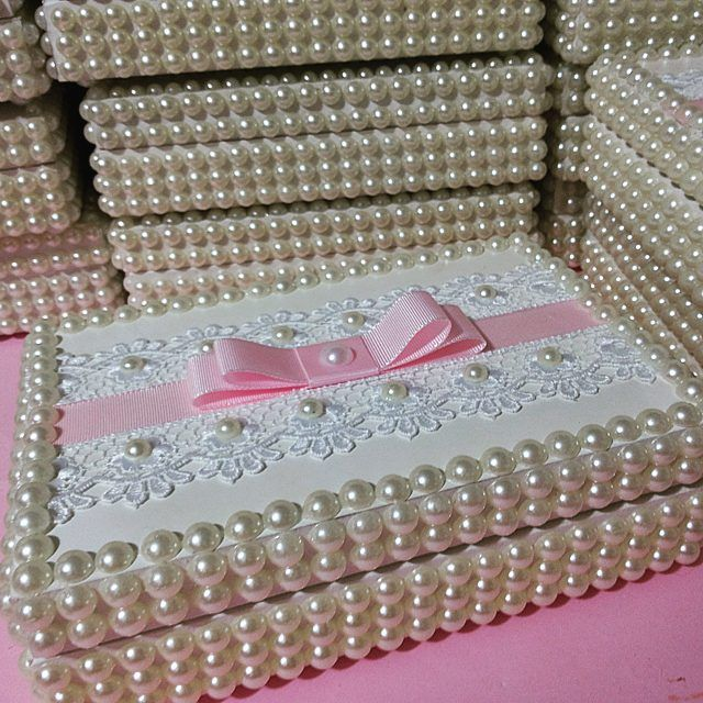 Como não amar um presente assim!  Porta joia em perolas com guipir e laço chanel com gorgurim!!! - feita_mao