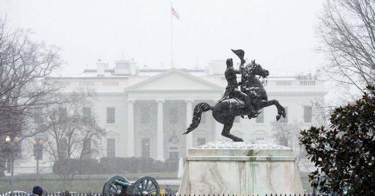 20160122 - A Casa Branca, em Washington (Estados Unidos), começou a ficar ainda mais branca. A neve de uma tempestade que promete ser histórica já começou a cair no terreno ocupado atualmente pela família Obama. Neste fim de semana, é esperada uma intensa nevasca que pode ultrapassar recordes na região do país entre o centro e o oceano Atlântico. PICTURE: Michael Reynolds/EPA/EFE