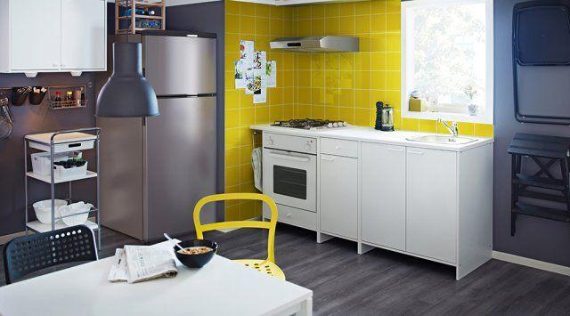 Une petite cuisine moderne et colorée // a small modern kitchen and colorful