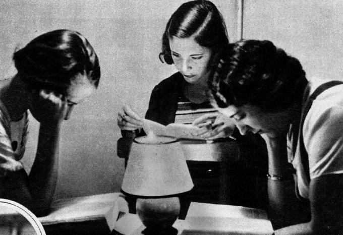 Alumnas de la Residencia de Señoritas de Madrid. Exposición de Mujeres en vanguardia. Imagen cortesía de Acción Cultural Española y la Residencia de Estudiantes.