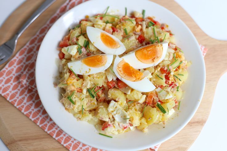 Zelfgemaakte aardappelsalade is super lekker en eigenlijk heel erg simpel om te maken. Vandaag laten we jullie zien hoe je een lekkere gevulde aardappelsalade met onder andere tonijn kunt maken. Serve
