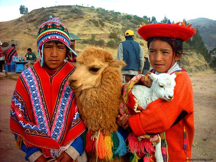 SSacsayhuaman ( Saqsaywaman ) foto de vestidos tradicionales incas en la fortaleza/complejo religioso arqueológico. Cuzco::..*•#~~$??*