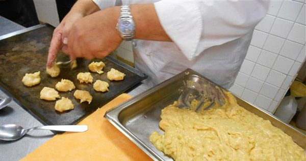 Recept gougères (kaassoesjes) - Koken met Karin - Typisch bourgondische kaassoesjes. Niet zoals bij ons gevuld met een erin gespoten kaascrème maar hol van binnen; hier gaat het kaas door het deeg heen. En niet een beetje kaas, nee, véél kaas.