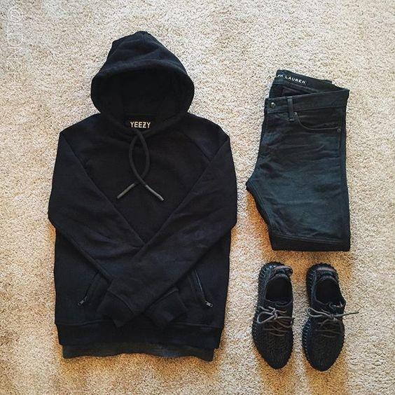 Combinação Masculina All Black, com Moletom Fechado de Capuz, Calça Jeans Escura e Yeezy Boost 350. Look All Black Masculino, pra Inspirar!