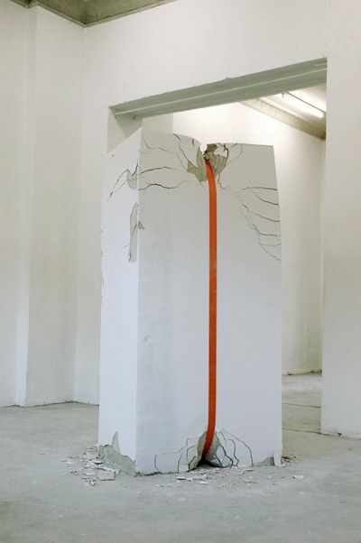 Erika Hock, Gebeugt, 2007. The installation shows a force developing enough energy to break down a wall little by little.