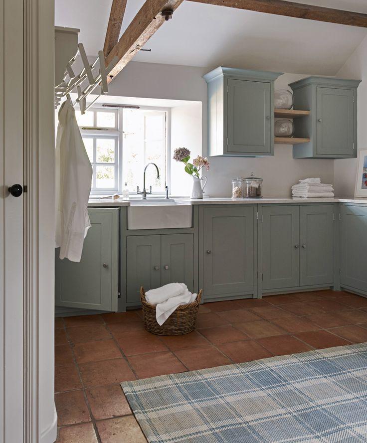 Carrelages en terre cuite avec du bleu/gris très clair - Idée hall pour escalier et portes/chambrantes
