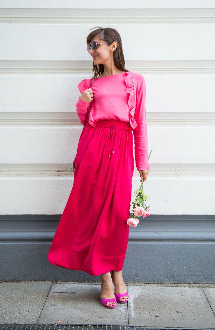 """#Pink #Thinkpink #Allover #Blumen #Maxirock #Volant 50 Shades of Pink! Susanna beweist, wie toll der Pink-all-Over-Look aussehen kann. Die verschiedenen Farbnuancen harmonieren perfekt. der locker fallende Maxirock passt hervorragend zu dem Oberteil mit seinen trendy Volants. Eine runde Statement Sonnenbrille und die leuchtend pinken Heels runden das Outfit ab. noch mehr """"Pinkspiration"""" findet ihr bei uns auf dem Blog."""