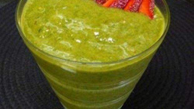 Špenátové smoothie pro krásnou postavu 2 šálek špenát, 2 šálek mražené jahody, 1 ks banán, 2 lžíce med, 1/2 šálek led Špenát a jahody jsou dobré na přípravu alespoň hodinu zmražené. Banán očistěte od slupky a vše dejte do mixéru. Přidejte med a led dle potřeby. Nakrájenou jahodou můžete smoothie ozdobit.Podávejte ihned.