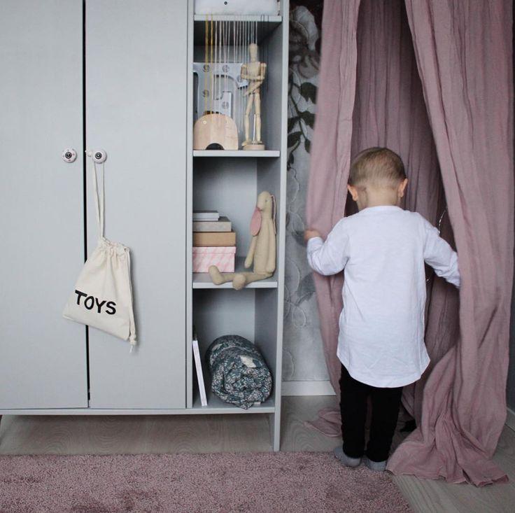 @svartvitrandig Min stora, som älskar att leka på syrrans rum -tänk att du blir TRE i september