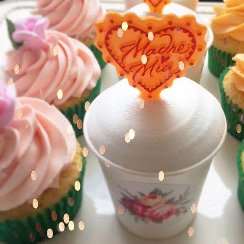 Cupcakes de tres lechas y pétalos de rosa para este día de la madre