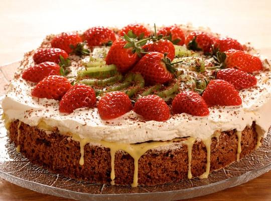 Festkake med nøttebunn, eggekrem og frukt - Lekker kake med deilig nøttebunn og frisk frukt. En perfekt kake til vår og sommerselskapet.