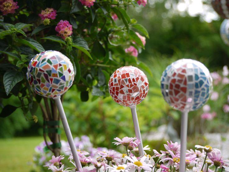Mosaikkugeln im Garten, der Frühling kann kommen.