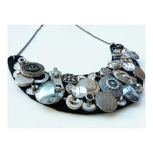 Collana con bottoni metallici, particolari luccicosi e pezzi di cerniera, incollati su base in feltro e catenella_by_RossellaCreazioni