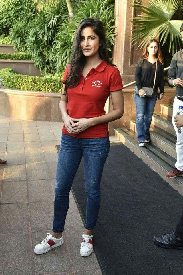 Pin By Janhavi Pande On Katrina Kaif Katrina Kaif Jeans And T Shirt Outfit Katrina