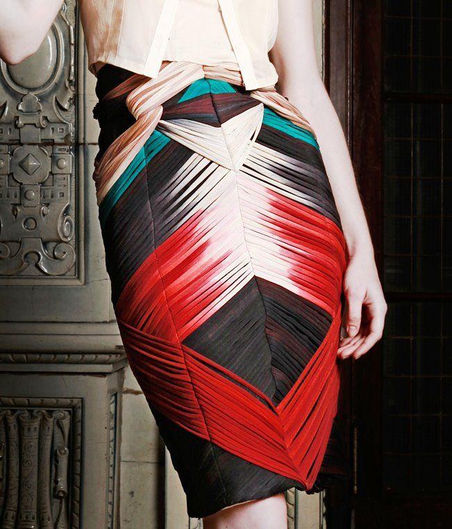 Diplômée de l'école d'art de Glasgow en textile et du célèbre Royal College of Art de Londres en 2002, Felicity Brown crée son propre label en 2010 après avoir collaboré avec Alberta Fe…