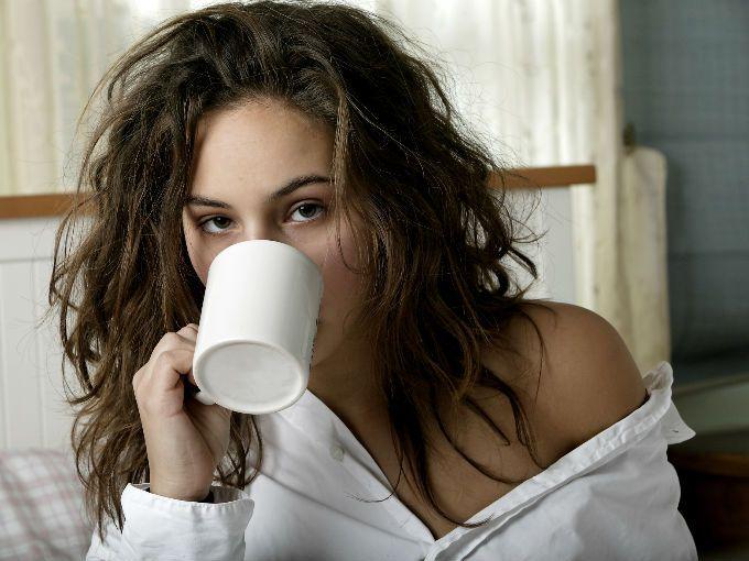 La fiesta de año nuevo es la oportunidad perfecta para divertirte, relajarte y convivir; pero cuando despertamos al día siguiente no nos parecemos en nada a la chica de una noche anterior. Si ya te cansaste de amanecer como zombie después de una fiesta, te invitamos a que sigas estos sencillos consejos para despertar como si nada.  1. Fuera maquillaje  Regla número uno para evitar amanecer como panda moribundo. Antes de tirarte a dormir, tómate dos minutos para desmaquillar tu rostro. Si tu…