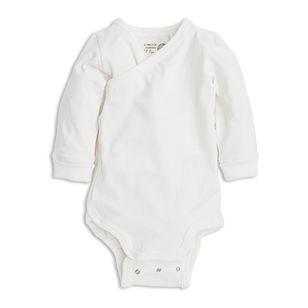 En långärmad, mjuk body med omlottsytt framstycke. Vikbara muddar och två rader med tryckknappar i grenen kan ditt barn växa en storlek och behålla samma plagg.