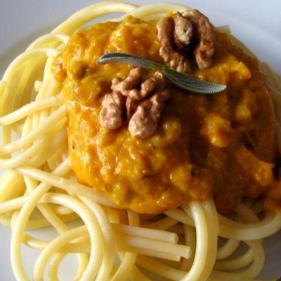 Těstoviny s dýňovo-ořechovou omáčkou dělená strava kytičky