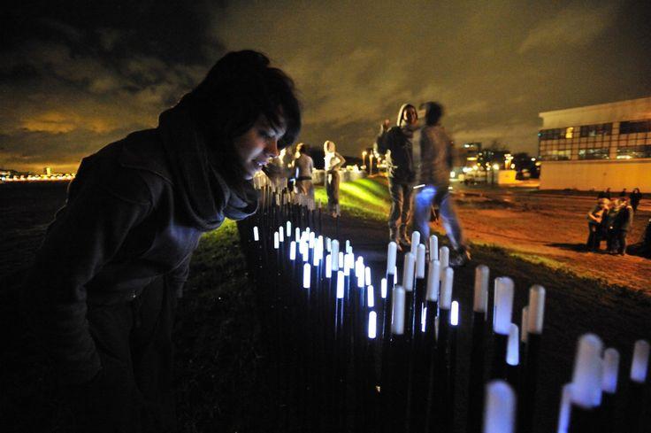 Daan Roosegaarde maakte een duin vol bewegende led-lampjes langs de Maas in Rotterdam.