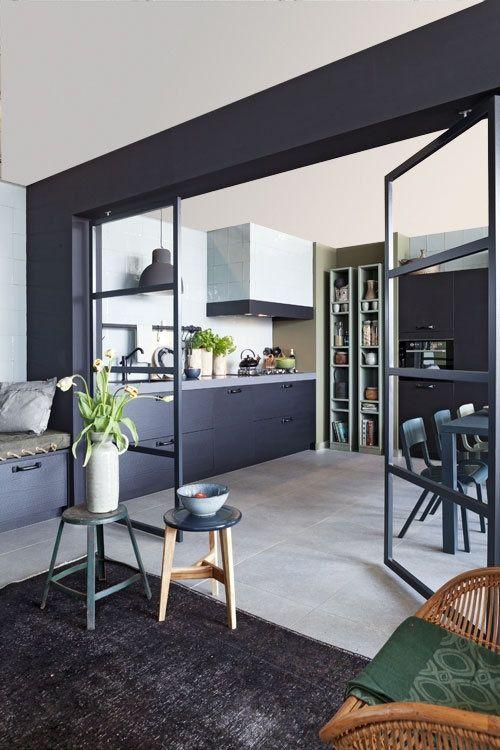 Black steel glass doors in kitchen. Che ne dici di questa divisione tra la cucina e la sala?