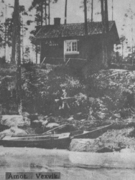 71b / Vykort från Växvik, föreställande Smiback-Johannes med gevär framför sitt 'Bäckaskog' vid Buvattna 71 - Allan Ericsson Web Site