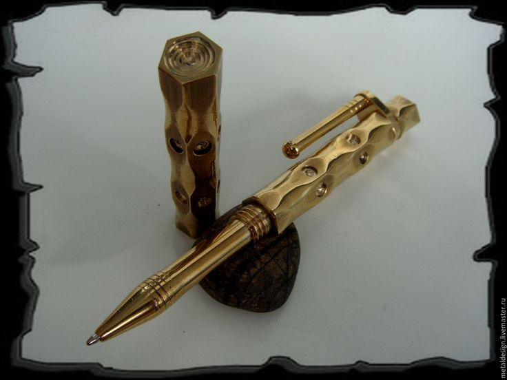 Купить или заказать Шариковая ручка - Латунное стило в интернет-магазине на Ярмарке Мастеров. Шариковая ручка в стиле стимпанк из высоколегированной латуни. Все части ручки изготовлены из шестигранного прута толщиной 12 мм. Длинна ручки 130мм., вес 90 грамм с колпачком, 60 грамм без колпачка. Несмотря на значительный вес ручки, писать очень удобно, к форме и толщине места хвата пришел путём экспериментов с ощущениями при письме. Колпачек и задник ручки можно скомпоновать, получив при этом…