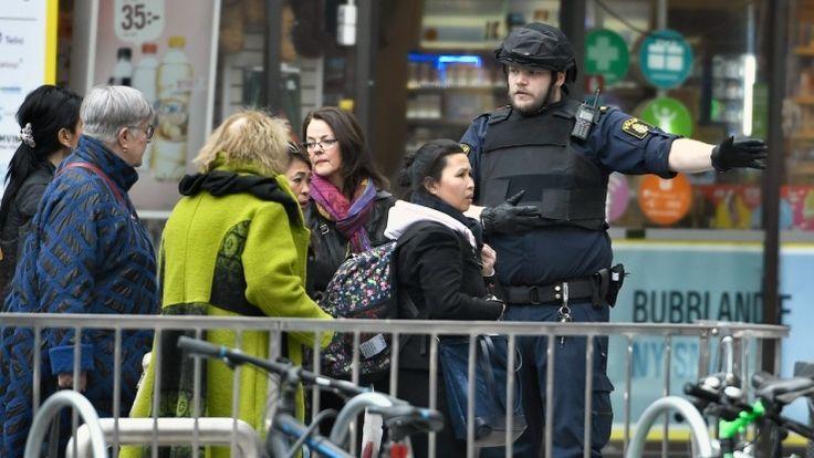 Après l'attaque au camion bélier qui a fait quatre morts et douze blessés, selon un nouveau bilan, ce vendredi après-midi à Stockholm, un homme en lien avec l'attentat a été arrêté dans la capitale suédoise, comme vient de le confirmer la police. Plus tôt, la police avait diffusé des images, tirées de caméras de vidéosurveillance, d'un homme recherché.