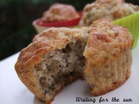Recette muffins noix et gorgonzola par Christelle : Des muffins salés pour un apéritif gourmand ou pour accompagner une bonne salade parfumée à l'huile de noix..Ingrédients : farine, levure, noix, olive, poivre