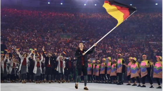 Tischtennis-Star Timo Boll führt die deutsche Mannschaft ins Maracana. In einem gewöhnungsbedürftigen Outfit – Leggins, kurze Hosen, Parka und Halbschuhe mit…