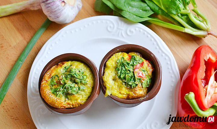 Jajeczne muffiny ze szpinakiem to pomysł na lekkie śniadanie. Muffiny z jajek ze szpinakiem, papryką i zieloną cebulką!