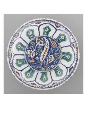 Plat à la grande feuille sâz sur fond bleu - Musée national de la Renaissance (Ecouen)