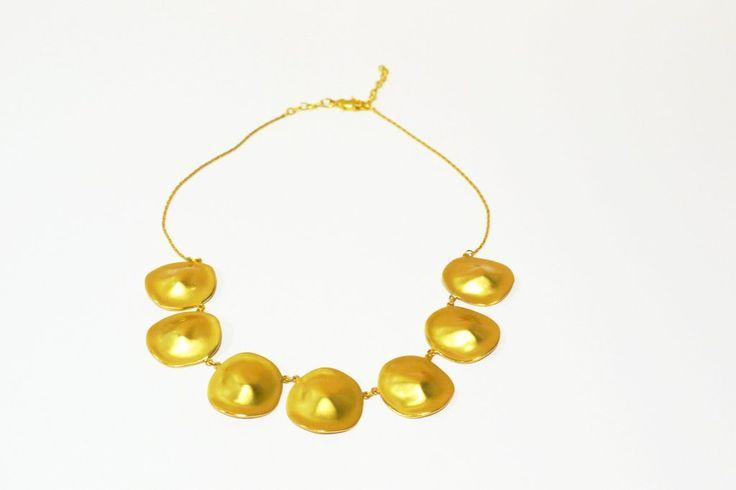 Collarbañado en oro de 24 K, hecho a la cera perdida usando una aleación pura de metales, película de protección para proteger el baño en oro. Llevate un poco