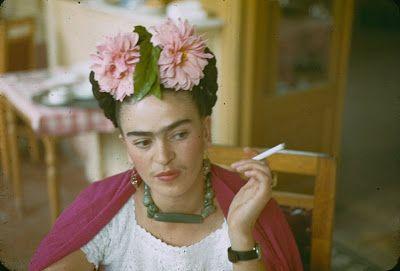 Há anos Frida Kahlo me persegue. Tentei fugir, não consegui. Desde os anos 70, redescoberta pelas feministas, quando fotos dela começaram a aparecer nas revistas, eu tinha medo. E me recusava a ler. Bastava aquele rosto duro, de pedra, metade asteca, metade etrusco, buço e sobrancelhas cerrados, olhar direto, arrogante. Sem saber quase nada, eu intuía qualquer coisa terrível na história de Frida. Descobri depois: era ainda mais terrível do que poderia imaginar. Veio então um filme mexicano…