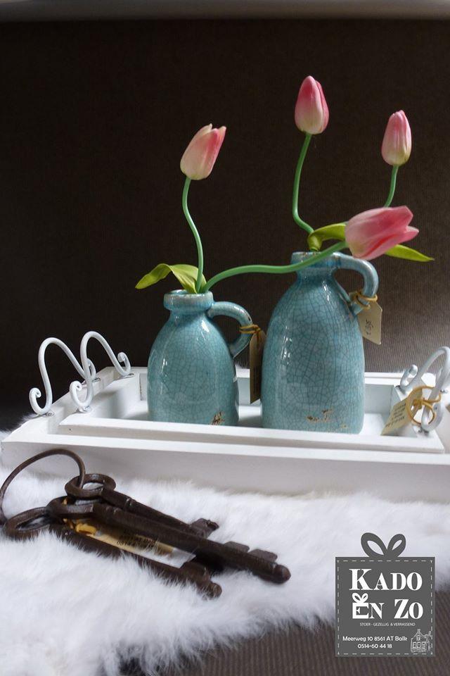 Gezelligheid op tafel! Leuke tulpjes van PTMD die echt weken kunnen staan in deze schattige vaasjes.