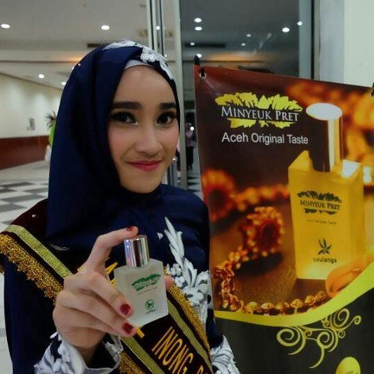 Cuma mau ngingetin kamu... Iya kamu.. Yang lagi baca ini.. Jangan lupa pake Minyeuk Pret ya  . .  Order : WA : 0811 6891 900 www.minyeukpret.com (Klik linknya di bio) Line@ : bit.ly/linemp _ Minyeuk Pret Store : Jl. Wedana no 104 Lam Ara Kec. Banda Raya Banda Aceh .  #MinyeukPret #HarumkanNegeri #parfumori #parfumbranded #parfumasli