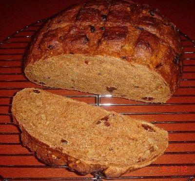 Pane con datteri e noci: pagnotte di pane, baguette, ciabatte