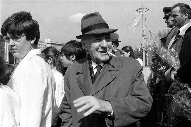 Bogartos szipákolás a tömegben, az 1982-es május elsejei felvonuláson.  Fotó: Manek Attila / MTI