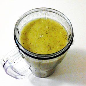 Kiwi je sice malé ovoce co do velikosti, ale obsahuje obrovské množství vitamínu C a antioxidantů, které udržují pokožku ve zdravém stavu a zároveň chrání před rakovinou a nemocemi srdce. Ingredience 2x zralé kiwi 2x banán 1 lžička medu Kiwi zbavíme slupky a vložíme do smoothie makeru. Přidáme oloupané banány a lžičku medu. Zbytek dolijeme… Celý recept »