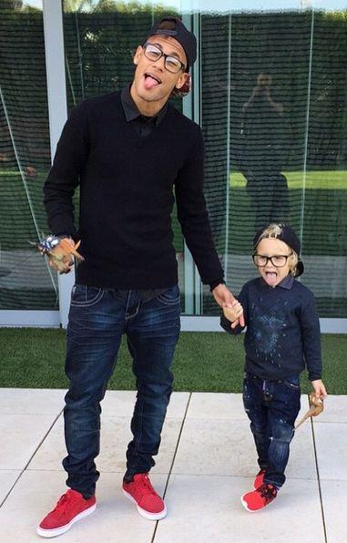 Mesmo básico, Neymar sempre dá um jeito de trazer cores para seus looks, como neste tênis. Igualzinho ao do fofo do seu filho, o Davi Lucca