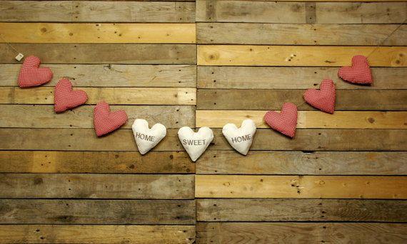 Encantadora Guirnalda de 9 Corazones románticos, hechos a mano con mucho Amor.  Los 3 corazones del centro están bordados con el texto  HOME SWEET HOME , hogar dulce hogar.  Ideal para decorar cualquier estancia de tu casa, tu boda, la habitación del bebé, o tu fiesta en el jardín.  Además del toque romántico , vintage y shabby chic van a convertir tu casa en tu hogar. Tamaño: (aproximado)  Longitud total de la guirnalda, 3m.  Cada corazón mide 13cm x 15cm.  Se entrega con una cuerda de yute…