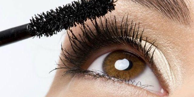 Il mascara allungante, se scelto con criterio e applicato nel modo giusto, può dare un effetto farfalla alle ciglia rendendole più lunghe e definite.