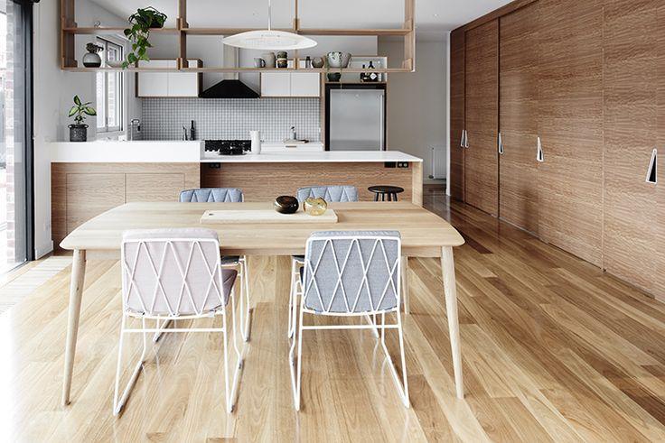 背板のないスルーな吊り棚と対面式カウンターのあるダイニングキッチン