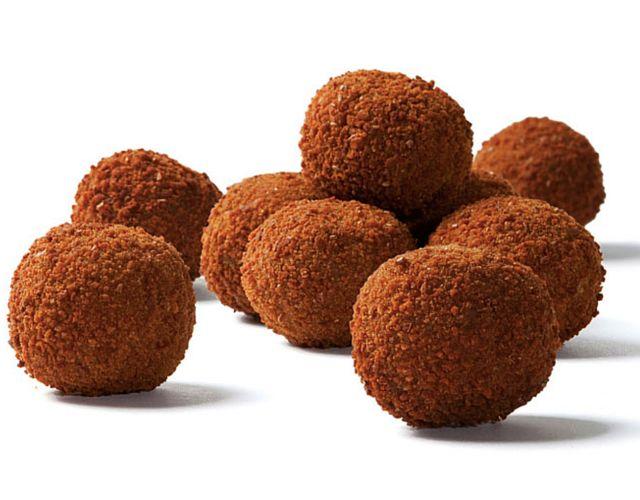 Bitterballen á  30 gram per stuk met rundvleesragout (25% rundvlees) op basis van een getrokken bouillon en gezette roux omhult met een dunne paneerlaag.