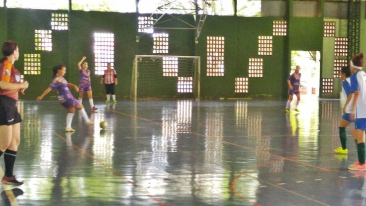Orlando Gonzalez A primeira rodada do futsal feminino pelo projeto Estação Verão, da Secretaria de Esportes e Lazer (SESP) de Maringá, ocorreu no domingo (28) com três partidas no ginásio de esportes do Centro Esportivo do Jardim Alvorada. As equipes da Acema e BetaClínica largaram com o pé direito, enquanto Espaço Nelson Verri e Unicesumar …