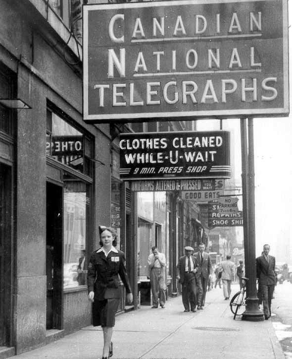 The sidewalk outside of the CN Telegraph office in Toronto, circa 1941.