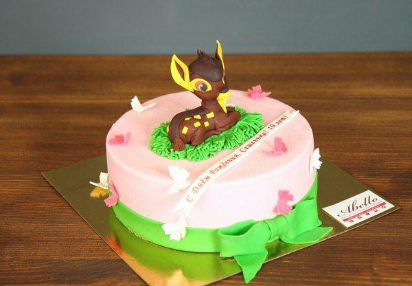 """Детский торт """"Олененок Бэмби""""  Нежный тортик, который особенно понравится малышам. Трогательный оленёнок ждет, когда же соберутся гости и смогут попробовать сладкое угощение. В кругу друзей всегда веселее, да и лакомство слаще. Будьте бдительны и не оставляйте свой кусочек торта на тарелке без присмотра 😉  С радостью изготовим, а если пожелаете то и доставим, #тортнадетскийпраздник от 2-х кг всего за 1950₽/кг. #фигурканаторт бэмби всего 200₽ 😄 Все #фигуркиизмастики изготавливаются по…"""